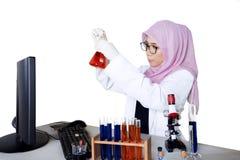 Scienziato femminile che fa ricerca chimica Fotografia Stock