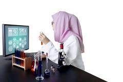Scienziato femminile che lavora con il computer Fotografia Stock Libera da Diritti