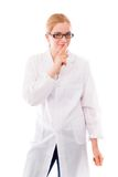 Scienziato femminile che sta con il dito sulle labbra Fotografia Stock