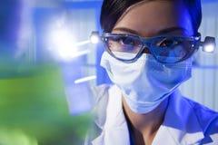 Scienziato femminile cinese della donna in laboratorio Immagini Stock