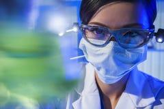 Scienziato femminile cinese With Green Flask del laboratorio della donna Fotografie Stock Libere da Diritti