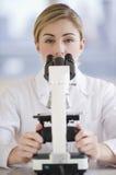Scienziato femminile con il microscopio Fotografia Stock Libera da Diritti