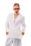 Scienziato femminile frustrato che mostra un cartello in bianco Fotografia Stock Libera da Diritti