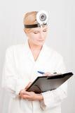 Scienziato femminile ottimista con il dispositivo di piegatura Fotografia Stock