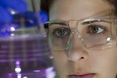 Scienziato in laboratorio Fotografie Stock Libere da Diritti
