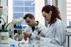 Scienziato moderno che lavora con la pipetta in laborator di biotecnologia Fotografie Stock
