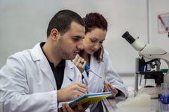 Scienziato moderno che lavora con la pipetta in laborator di biotecnologia Fotografia Stock
