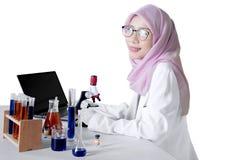 Scienziato musulmano che sorride alla macchina fotografica Immagini Stock