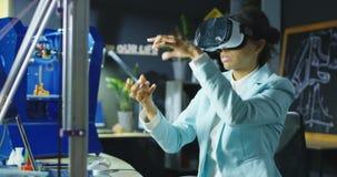 Scienziato nel funzionamento di vetro di VR nel laboratorio stock footage
