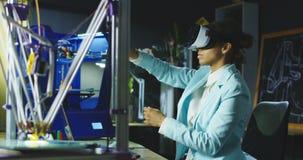 Scienziato nel funzionamento di vetro di VR nel laboratorio archivi video