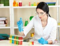 scienziato nel laboratorio di chimica Fotografie Stock Libere da Diritti