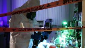 Scienziato nel laboratorio pericoloso stock footage