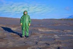 Scienziato nella zona del disastro ecologico fotografia stock libera da diritti