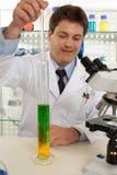 Scienziato o assistente tecnico chimico fotografie stock libere da diritti