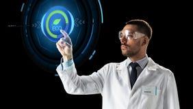 Scienziato in occhiali di protezione con proiezione virtuale Immagine Stock