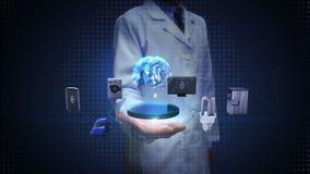 Scienziato, palma aperta dell'ingegnere, tecnologia del cervello di intelligenza artificiale che collega i dispositivi domestici  archivi video