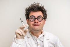 Scienziato pazzo che esegue gli esperimenti nel laboratorio Fotografia Stock