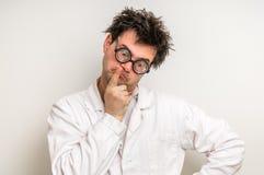 Scienziato pazzo che pensa al suo esperimento Immagini Stock