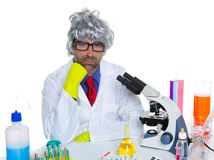 Scienziato pensieroso della nullità di Carzy al laboratorio chimico Immagine Stock Libera da Diritti