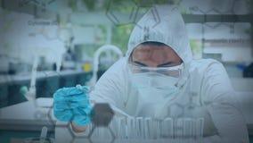 Scienziato in un laboratorio video d archivio
