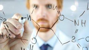 Scienziato Writing Chemical Formula su vetro trasparente fotografie stock libere da diritti