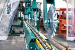 Scierie de mécanisme d'alimentation Rouleaux puissants en métal avec des transitoires images stock