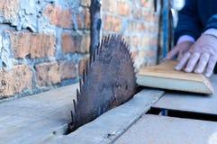 scierie Vieille machine pour les conseils sciants Scies circulaires Industrie de travail du bois Images stock