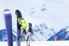 Scii con la maschera ed il palo, seggiovia su fondo Fotografie Stock Libere da Diritti