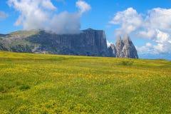 Sciliar Schlern zet is een bergachtige die groep het Dolomiet in trentino-Alt Adige, in de provincie van Bolzano, Italië wordt ge royalty-vrije stock afbeeldingen