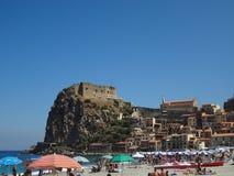 Scilla - playa y castillo Foto de archivo