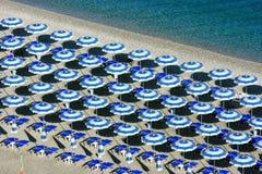 Scilla Strandregenschirme von oben Stockbild