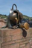 Scimmia bronzea con una moneta Fotografie Stock