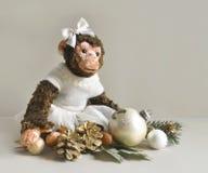 Scimmia del giocattolo con le decorazioni di Natale Fotografie Stock