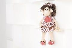 Scimmia molle del giocattolo su un fondo bianco Fotografie Stock