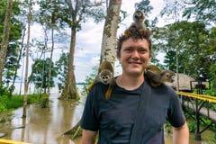 Scimmie su un uomo Immagine Stock