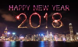 Scintilla del fuoco d'artificio da 2018 buoni anni con paesaggio urbano di Hong Kong Immagini Stock Libere da Diritti