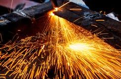 Scintilla mentre tagliano l'acciaio Fotografia Stock