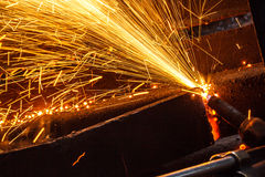 Scintilla mentre tagliano l'acciaio Immagini Stock
