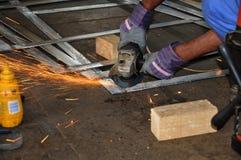 Scintilla sulla molatura industriale sul metallo Fotografie Stock Libere da Diritti