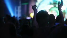 Scintillare si accende nel night-club, ammucchia il salto nella fan-zona davanti alla scena Neon della banda musicale della disco video d archivio