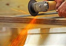 Scintille che tagliano metallo Rod Immagini Stock