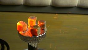 Scintille dal narghilé bruciante dei carboni Tabacco del narghilé in ciotola Carbone ardente della rosso-noce di cocco Preparazio video d archivio