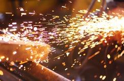 Scintille dalla smerigliatrice di angolo o della saldatura Fotografia Stock