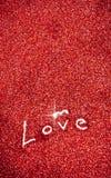 Scintillement : Amour écrit à l'arrière-plan rouge de scintillement Photo libre de droits