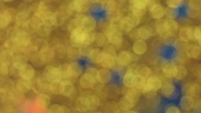 Scintillement d'or en baisse magique avec les étoiles bleues minuscules, mouvement lent banque de vidéos