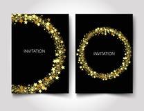 Scintillio dell'oro del modello dell'invito con le stelle d'oro su un fondo nero Fotografie Stock