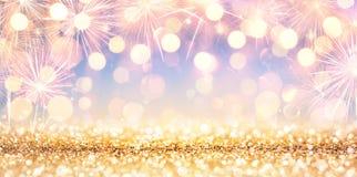 Scintillio dorato brillante con i fuochi d'artificio immagini stock libere da diritti