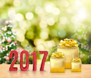 scintillio rosso 2017 e presente dorato sulla tavola di legno con natale Fotografia Stock