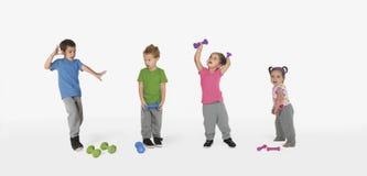 Sciocco, divertimento, bambini ballanti con i pesi fotografie stock