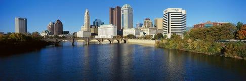 Scioto flod- och Columbus Ohio horisont, med inställningssolljus Arkivbild